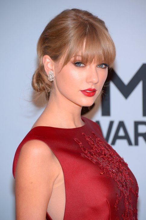 Taylor-Swift-wore-red-lipstick